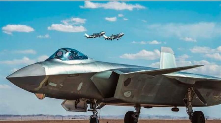 普遍認為,殲-20下巴上的菱形視窗是一種光電瞄準系統。(網路)