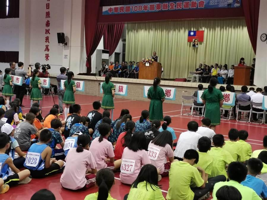苗栗縣全縣運動會20日上午10時在竹南鎮照南國小熱烈展開。〔謝明俊攝〕