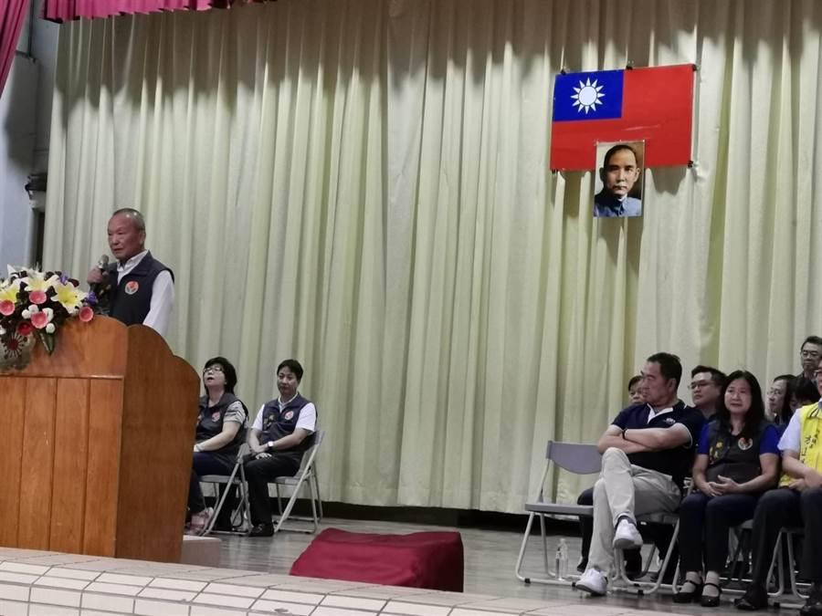 苗栗縣長徐耀昌在開幕式見到會場懸掛國旗有污損,非常不悅。〔謝明俊攝〕