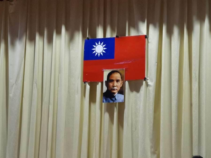 開幕式會場懸掛的國旗竟然是用紙製的,上面還有明顯污損痕跡,讓徐耀昌非常不滿。〔謝明俊」