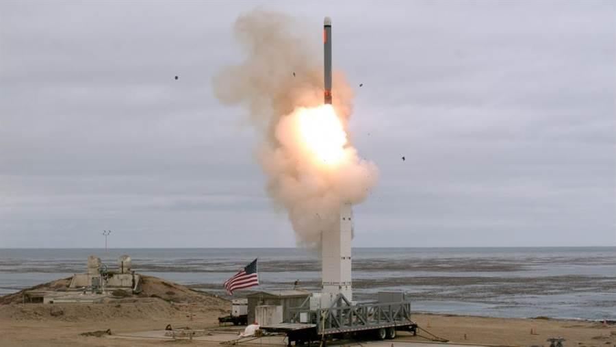 加州外海聖尼古拉斯島試射戰斧飛彈,由於陸基發射系統早已多年未研發,因此這次試射是將Mk41垂直發射系統搬到陸地上來。(圖/osephHDempsey twitter)