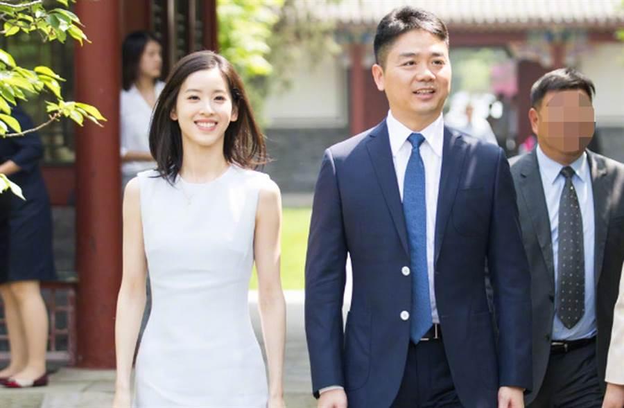 瘋傳離婚傳聞之際,章澤天夫妻被拍到深夜同框出席飯局,模樣恩愛,間接瓦解離婚謠言。(翻攝自章澤天微博)
