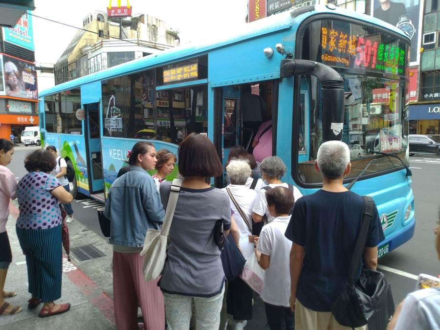 基隆市公車普及率高,但經營偏遠路線與開辦老人搭乘「吃到飽,造成每年虧損1億元。(許家寧攝)