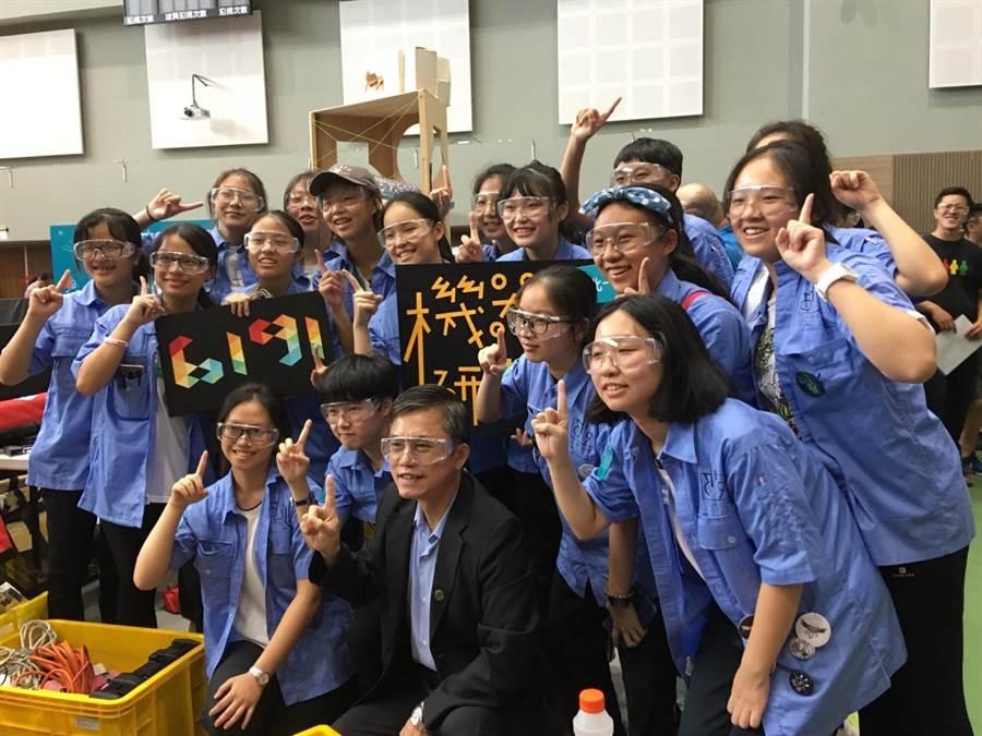 中科管理局代理局長許茂新(中)恭喜北一女,贏得2019 FRC(FIRST Robotics Competition)季後賽冠軍。(盧金足攝)