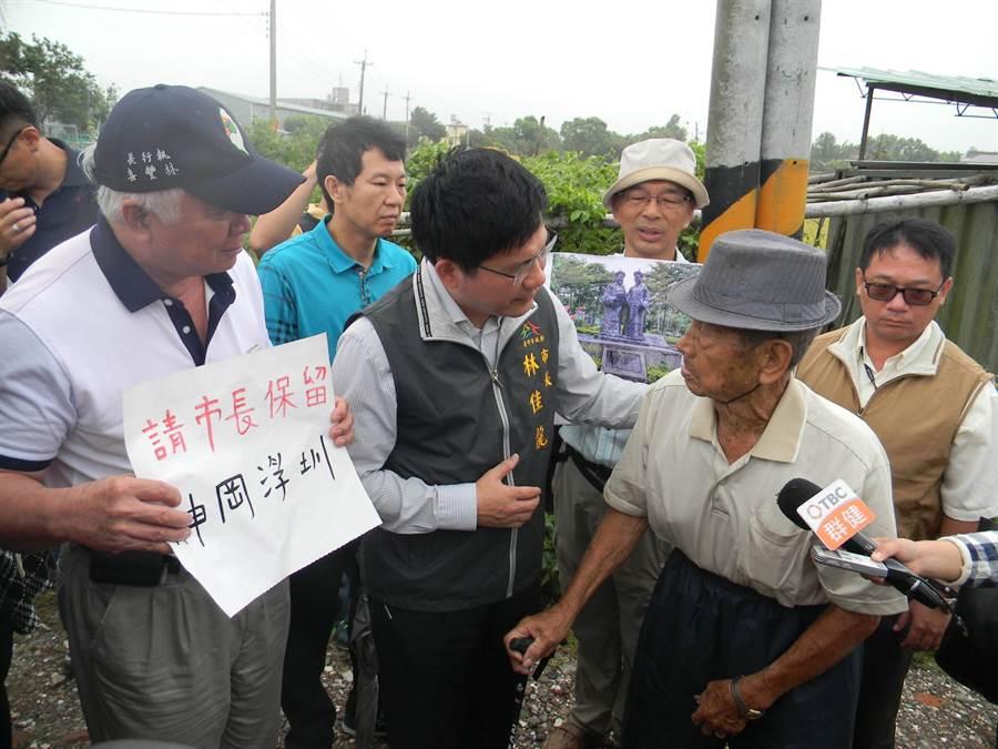 前台中市長林佳龍(中)2015年7月視察神岡浮圳,當時92歲的林本源到場陳情,希望交通建設,不要犧牲浮圳。(資料照片)