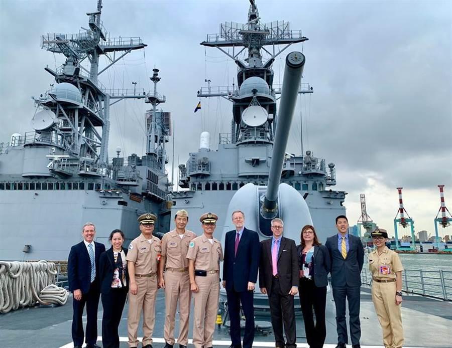 AIT台北辦事處處長酈英傑參觀原為美軍紀德艦的基隆級飛彈驅逐艦。(圖/AIT臉書)