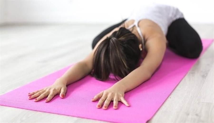 游泳、瑜伽對膝蓋負擔較小,適合50歲以上的減重族。圖片來源:pixabay