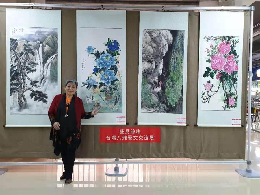 兩岸水墨名畫家陳綉美有「牡丹皇后」之稱,她與作品合影。(洪秀瑛攝影)