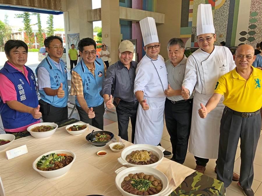 台灣大師傅逐一品嚐,並與者交換心得後,肯定是各具特色的美食。(李金生攝)