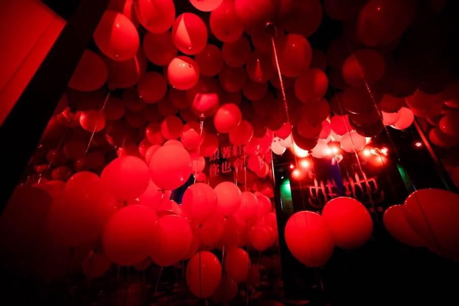 紅氣球拍照區。(華納兄弟提供)