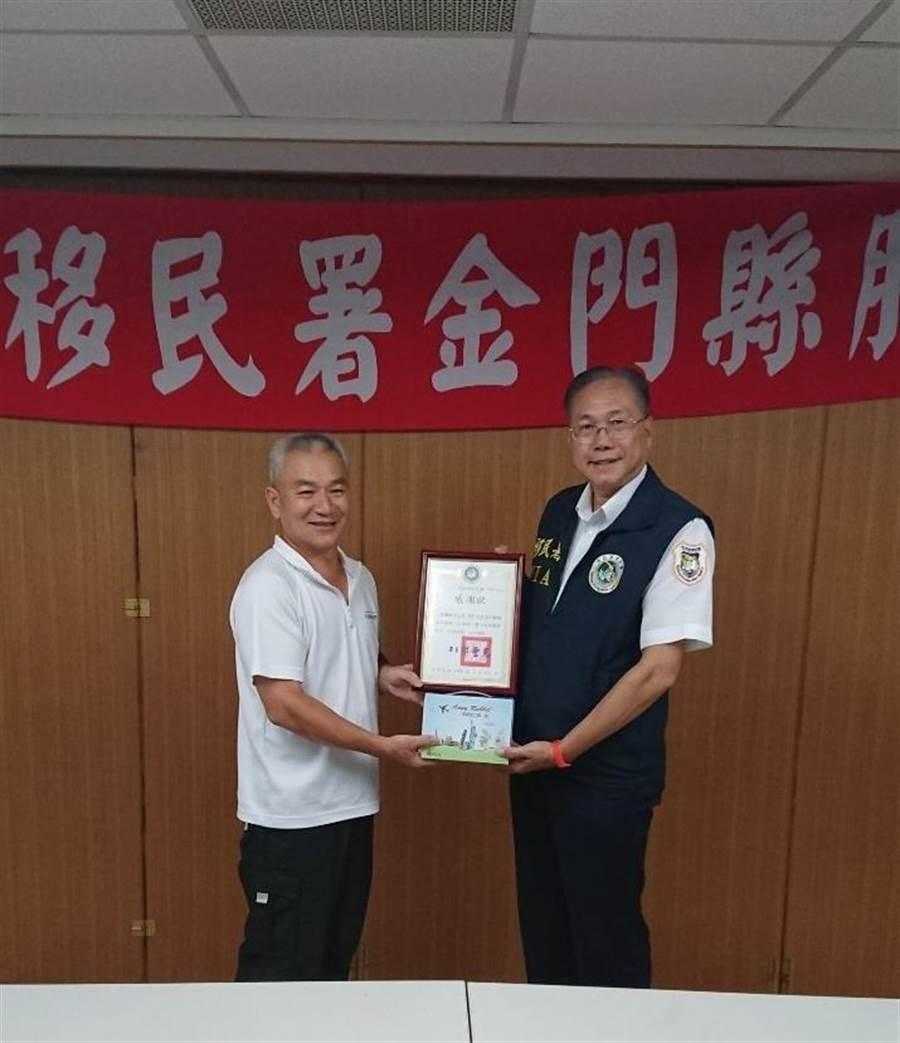 廖蔚蘭主任頒贈績優志工許績松感謝狀,表彰其長期以來的熱心服務。(金門服務站提供)
