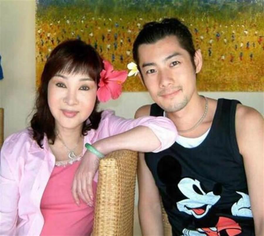 母親小明明生前常叮囑施易男要樂觀,成為他走過傷痛的力量。(圖片來源:施易男官方臉書)