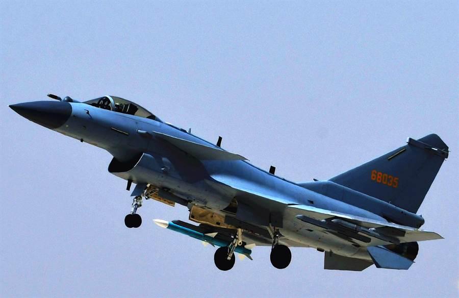 中共空軍殲-10C是殲-10系列的最新式型號,於2015年初首飛,2018年開始戰鬥值班。(圖/新華社)