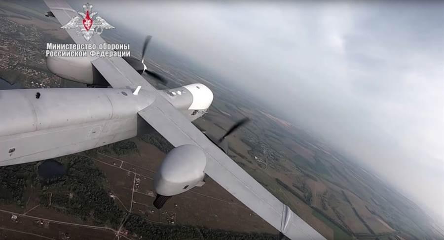 俄國防部公布「牽牛星」Altius-U重型無人機首飛視頻,較美軍翼龍無人機體型更大、航程更遠,而且能透過衛星操控,可在全球任一地點執行任務。(圖/衛星通訊社)