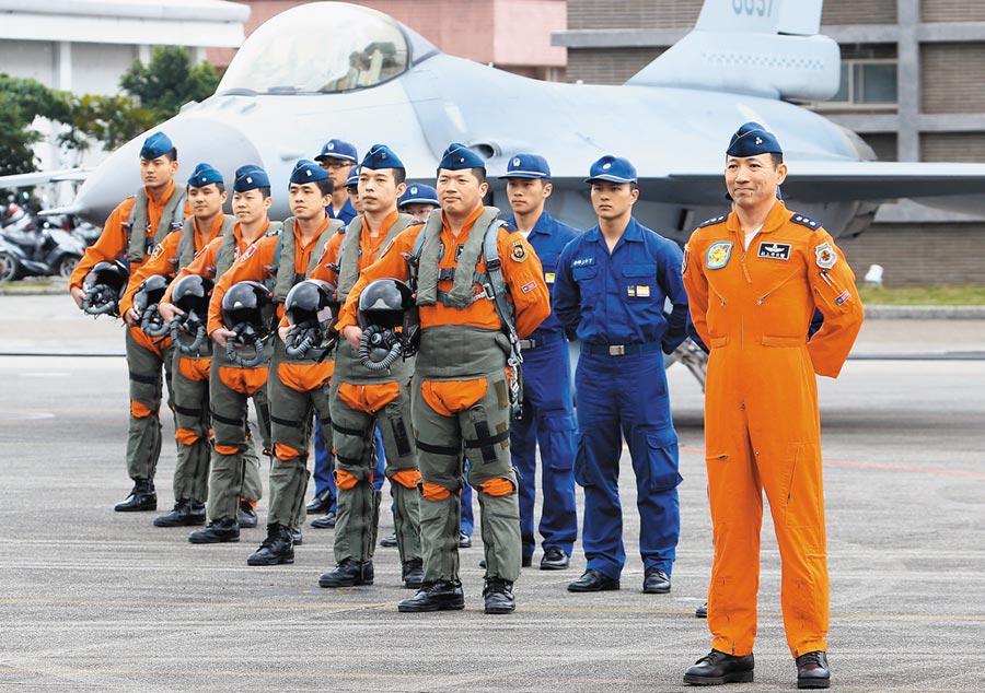 圖為空軍花蓮基地401聯隊,聯隊第17作戰隊進行F16戰機模擬緊急起飛、武器裝掛演練。(本報資料照片)