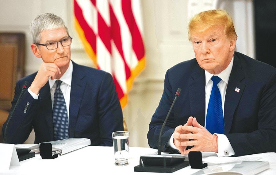 美國總統川普18日公開上周與蘋果執行長庫克共進晚餐的談話內容。川普透露庫克擔心對陸加徵關稅,會讓其主要競爭對手、南韓的三星坐收漁翁之利。川普還說,庫克提出了很好的論點。(法新社)