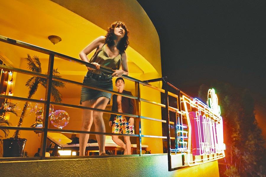 姚以緹(左)在片中身穿性感背心和小短裙色誘黃迪揚。