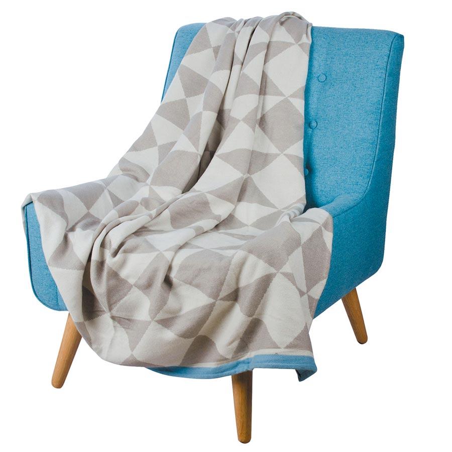 HOLA精選風格毯,幾何圖形萬用毯,限量60條,精選風格毯原價1980元起,特價396元起,售完為止。(HOLA提供)