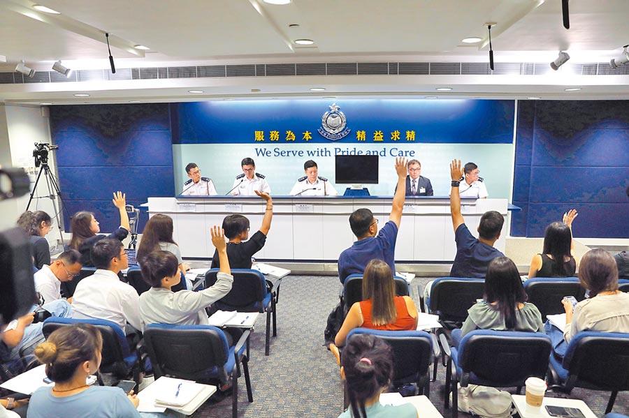 8月19日,香港警方在警察總部召開記者會表示,在過去的周末,警方僅在17日發射一發布袋彈,未拘捕任何人,也沒有警務人員受傷。(中新社)
