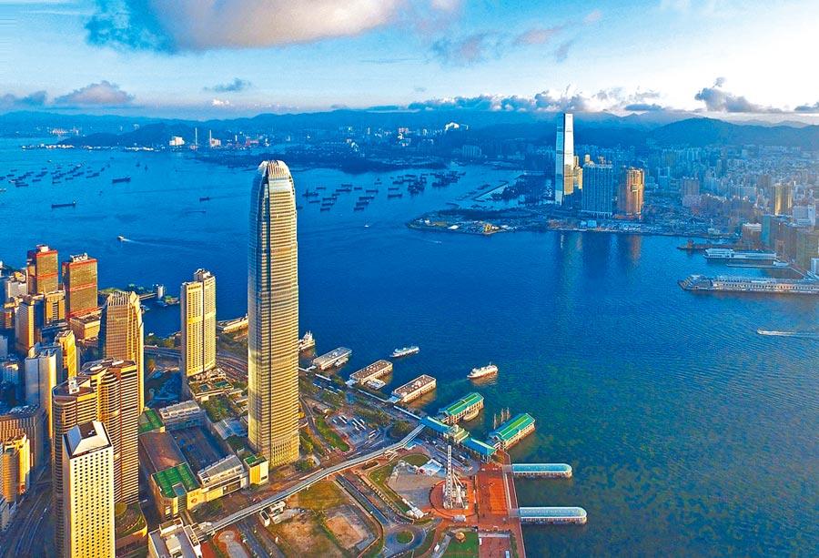 陸規畫的粵港澳大灣區將串連香港、澳門、深圳、珠海。圖為香港維多利亞港兩岸的金融中心。(新華社資料照片)
