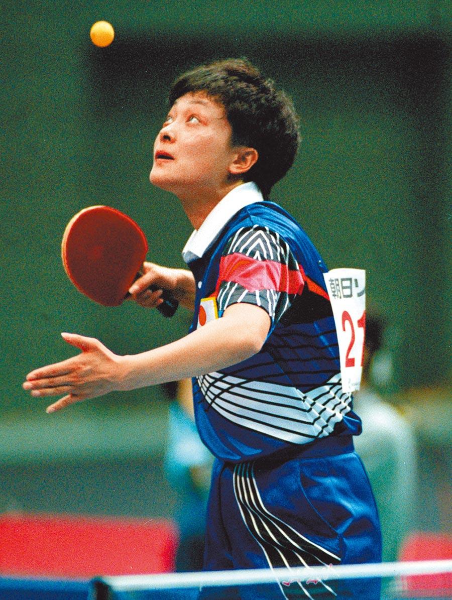 1994年10月13日,第12屆亞運桌球女子單打,歸化日本改名小山智麗的何智麗奪得金牌。(新華社資料照片)