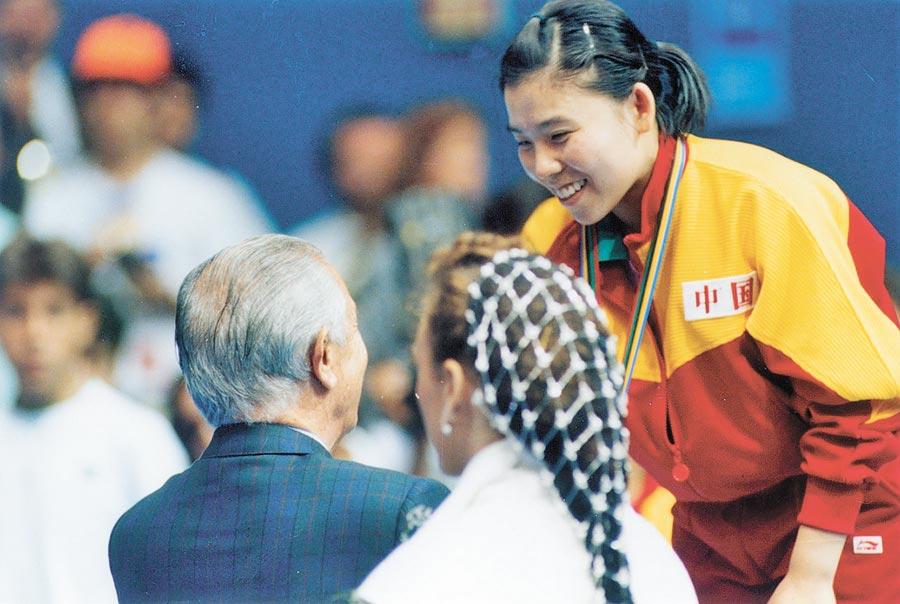 1992年8月5日,已故國際奧會前主席薩馬蘭奇,頒獎給奧運桌球女子單打冠軍鄧亞萍(右)。(中新社資料照片)