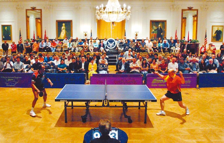 2008年6月12日,中美「乒乓外交」的兩名老對手在加州再度交鋒,紀念歷史性事件。(中新社資料照片)