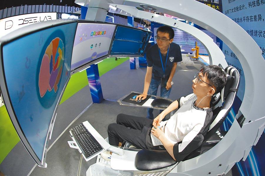 6月26日,南京創新周黑科技展,觀眾體驗腦功能評估儀。(中新社)