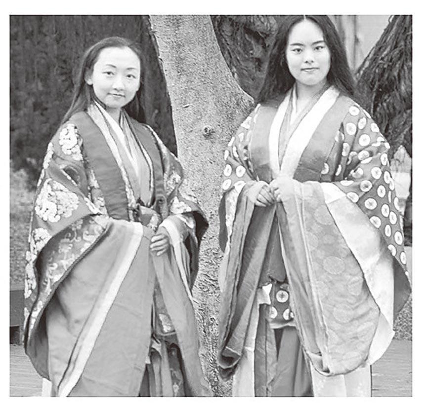 十二單正式名稱為五衣唐衣裳 ,是日本女性傳統服飾中最正式的一種。右邊女孩身上的唐衣(表衣外面的華麗短褂)是深蘇芳色,三衣則是淡蘇芳色的漸層。(時報出版提供)
