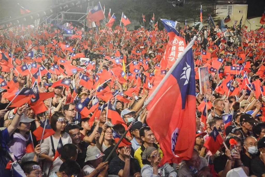 圖為韓國瑜去年11月8日造勢,到會場後,現場3萬名支持者高揮國旗,吶喊「韓國瑜凍選!」(資料照,林宏聰攝)