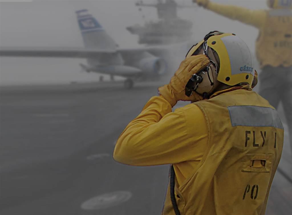 不管是噴射機或是直升機的運作噪聲都很大,地勤人員必須用耳罩式耳機溝通,但是耳朵的負擔還是很大。(圖/美國海軍)