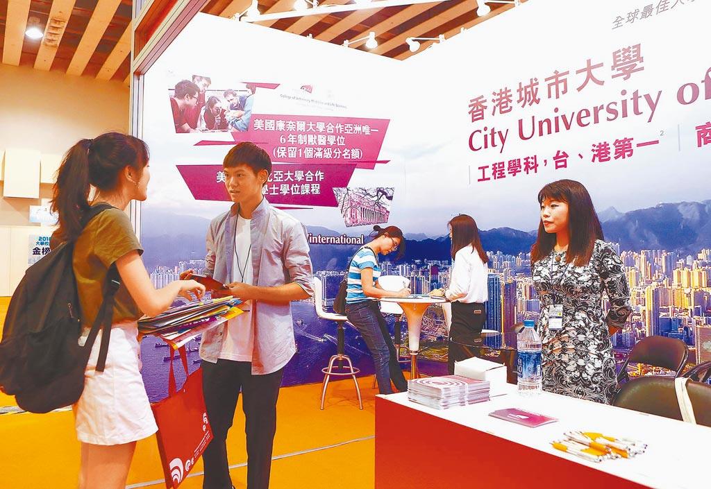 香港各大學表示「校園一切運作如常」,對台招生工作也照舊進行,圖為港校來台參加大學博覽會招生。(本報系資料照片)