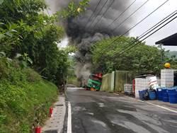 二甲苯槽車撞進松香水工廠 濃煙直衝天際