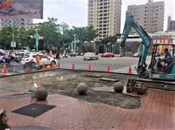 台灣大道與大墩路口水管破裂 中市府搶修通行