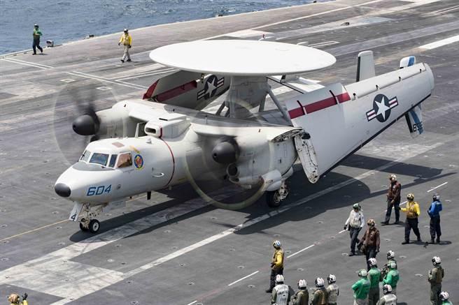 1架E-2D「鷹眼」預警機2019年7月18日準備從美國「林肯」號航母上起飛的畫面。(美國海軍)