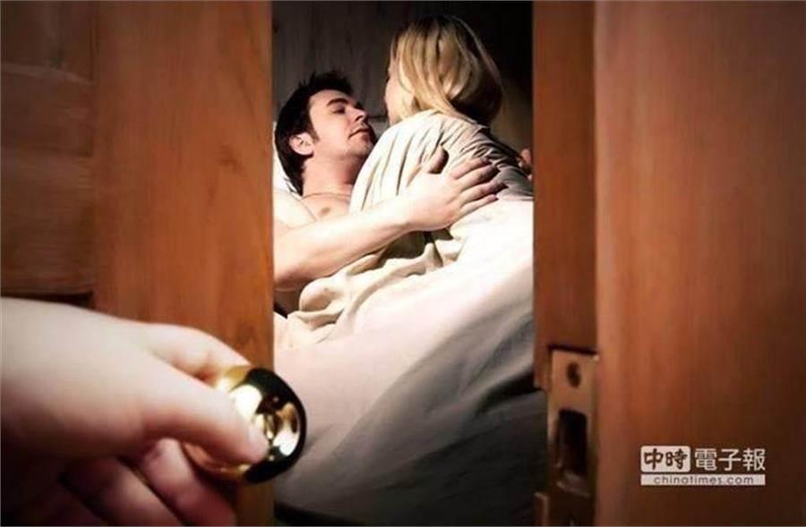 丈夫怎樣都沒想到,妻子在床上爽滾業務床單,忘我到他在門外站了30分鐘,還接了電話全都渾然不知 (示意圖/達志影像shutterstock)
