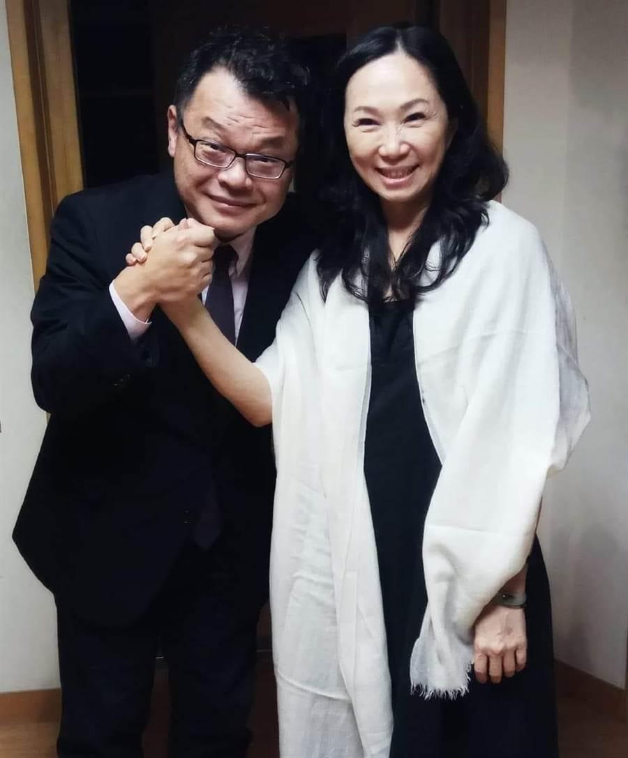 媒體人陳揮文(左)、高雄市長夫人李佳芬(右)。(圖/取自臉書「飛碟晚餐陳揮文時間」)