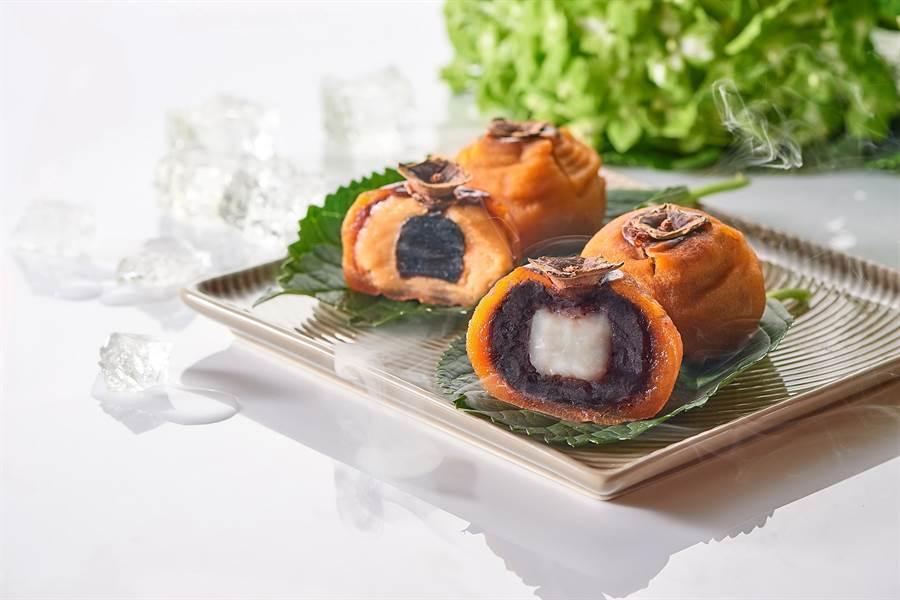 台北福華飯店〈喜柿月餅〉,是以「餡中餡」概念烘烤製作,有「綠豆黑糖麻糬」與「 紅豆白玉麻糬」2種口味,今年限量800盒。i(圖/台北福華飯店)