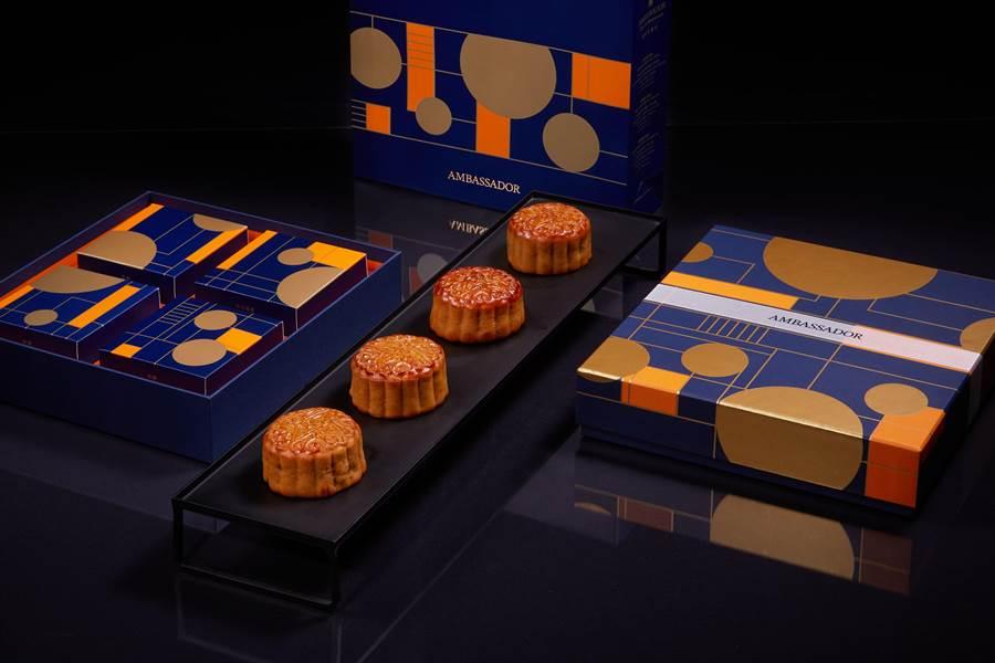 國賓飯店集團今年推出的〈豐月鉑金〉月餅禮盒,以「皎潔月光」為靈感,極簡主義風格呈現中秋意象。鉑金光芒化為俐落線條,大膽運用色彩,呈現新穎時尚的設計。(圖/國賓飯店)