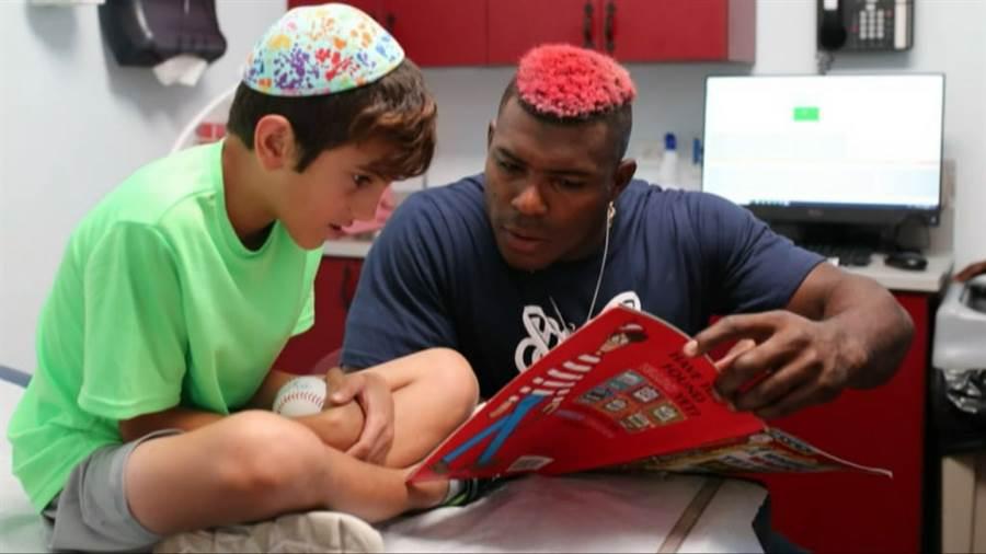 普伊趁休假造訪為患有癌症的猶太兒童及青少年舉行的夏令營。(截自大聯盟官網)