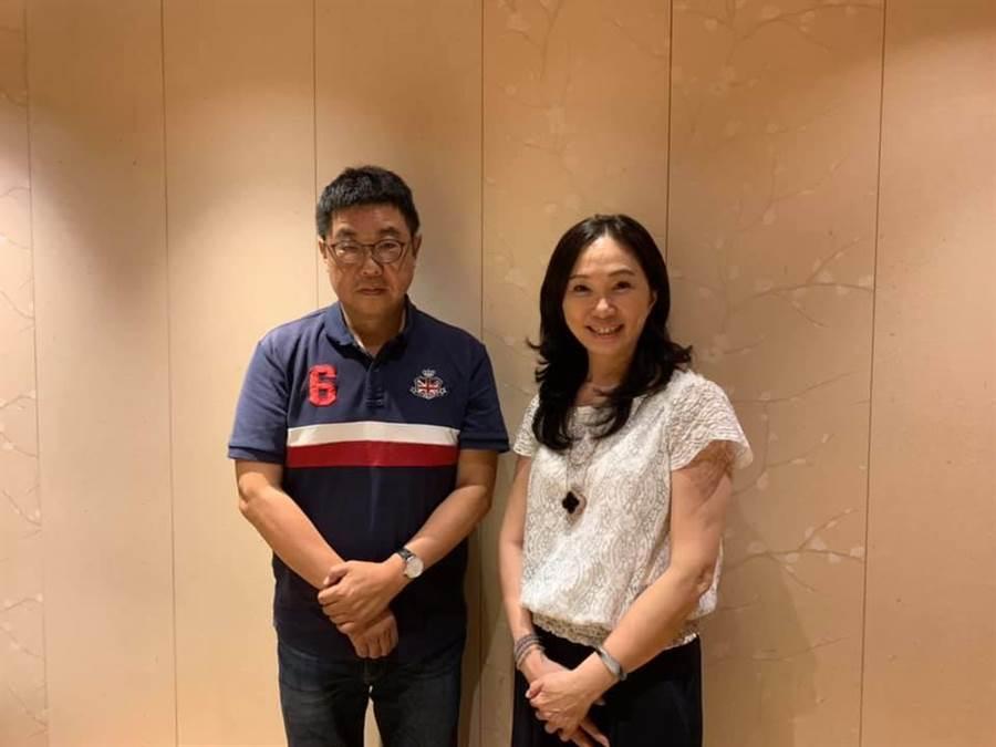 傳播學者胡幼偉(左)與高雄市長夫人李佳芬(右)合影。(圖/取自胡幼偉臉書)