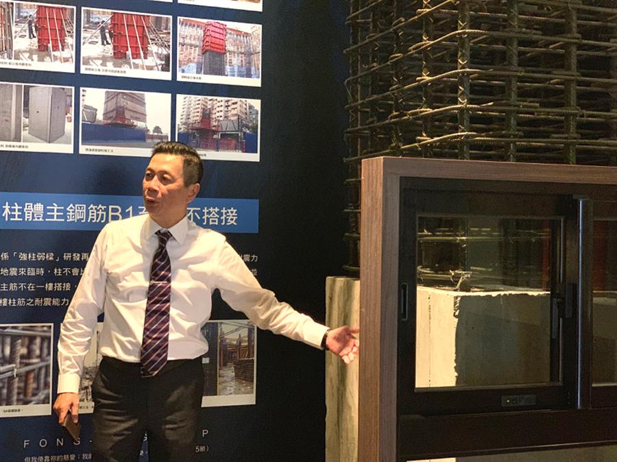 ▲豐邑副總經理陳棟樑解釋鋼柱模作法,確保住戶安全。
