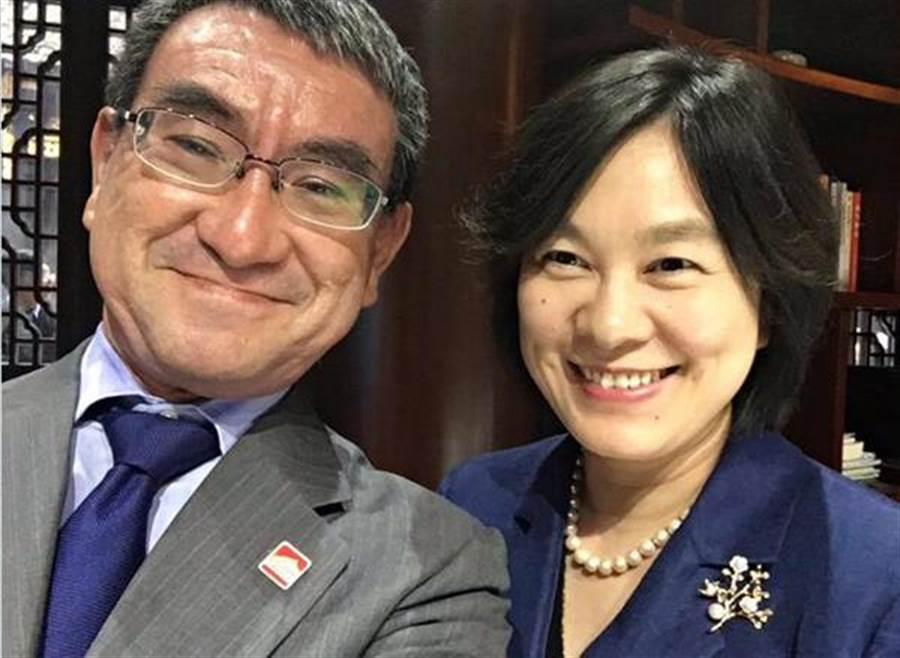 日本外相河野訪問北京,20日在推特分享與大陸外交部新聞司長、發言人華春瑩的合影。