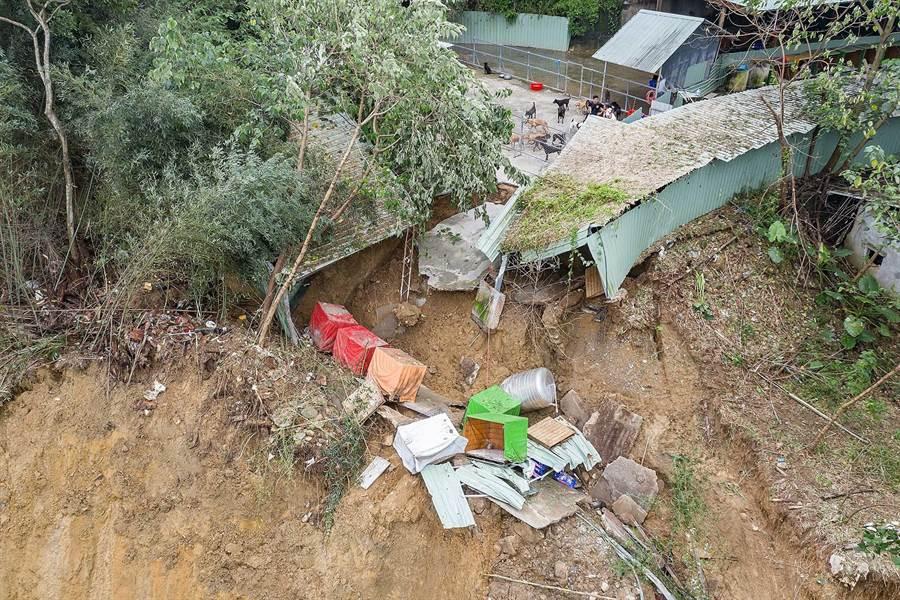 「莊媽媽狗園」19日深夜不敵豪大雨,發生嚴重土石流,造成狗園大面積塌陷,傳出狗被落石壓死、多隻狗被沖入山溝失蹤等。(張妍溱翻攝)