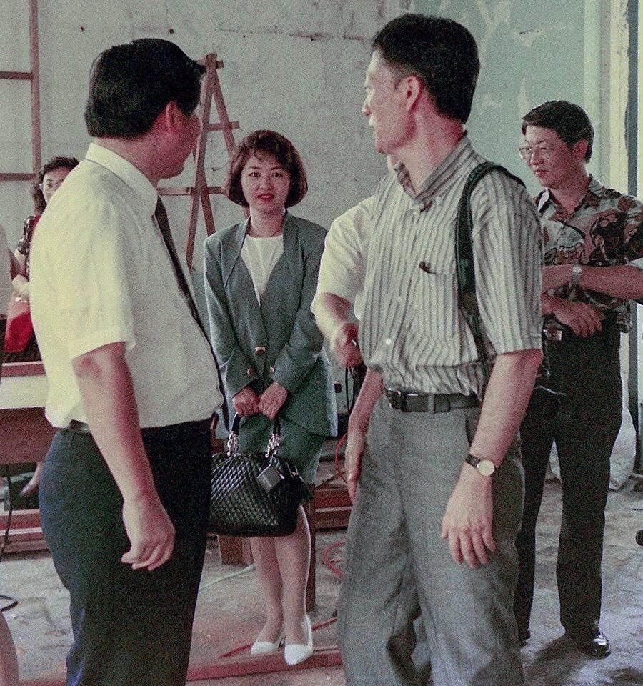 台中市長盧秀燕在臉書PO出25年前當電視台記者時的舊照,引發網友熱烈討論,稱讚「哇~像偶像劇女主角」。(圖/摘自盧秀燕臉書)