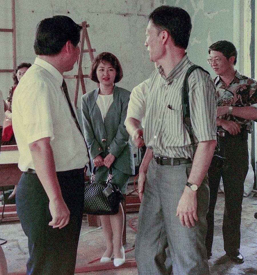 盧秀燕25年前美照曝光,網友發現站在盧秀燕右後方的花襯衫男子,疑似是國民黨台南市黨部主委謝龍介。(翻攝自盧秀燕臉書)