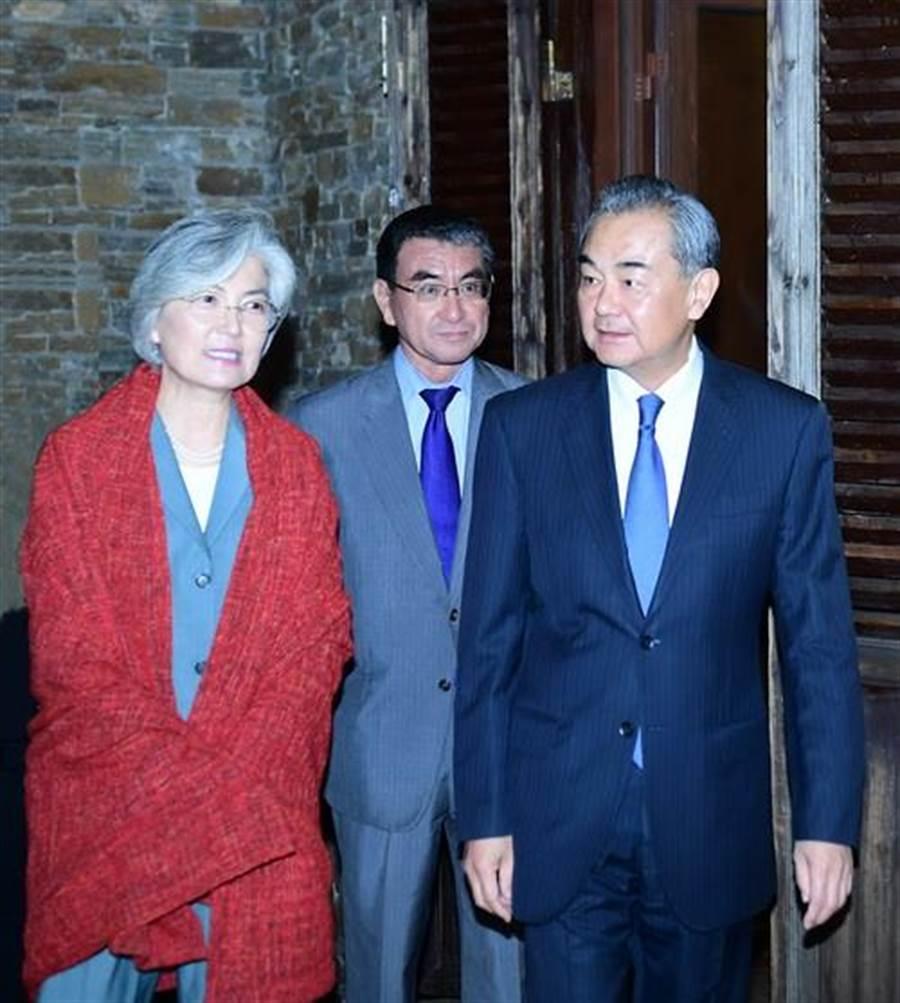中日韓三國外長20日晚在北京古北水鎮會面。(大陸外交部網站)