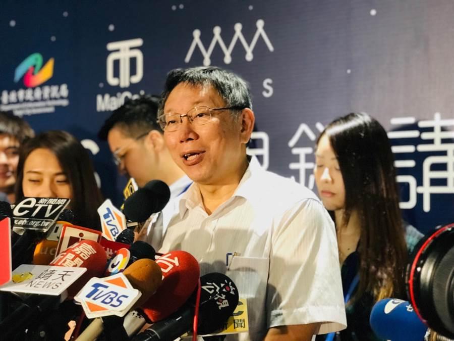 針對高雄市長韓國瑜自爆座車被裝追蹤器,台北市長柯文哲笑說,有台灣媒體就不用國家機器。(張穎齊攝)
