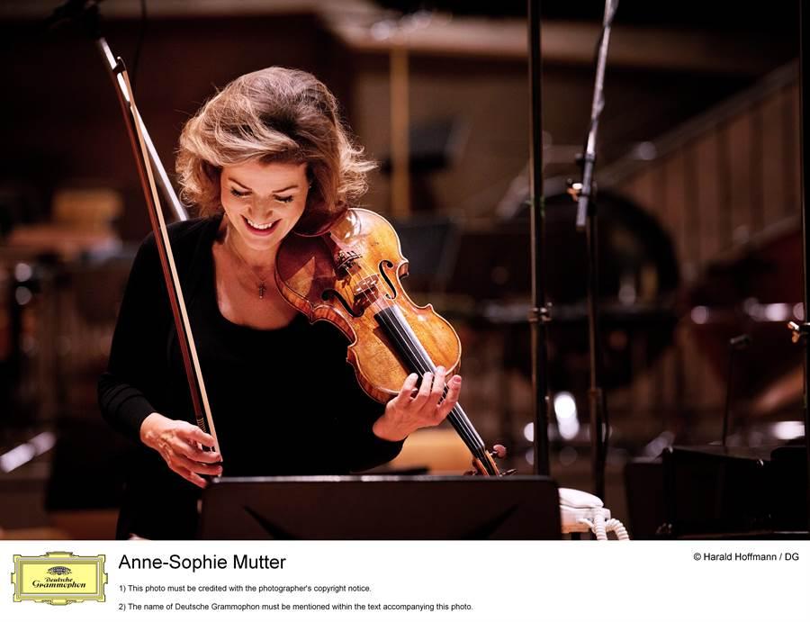 小提琴天后慕特活力滿點,將來台演出三首貝多芬小提琴奏鳴曲。((c)Harald Hoffmann,DG提供)