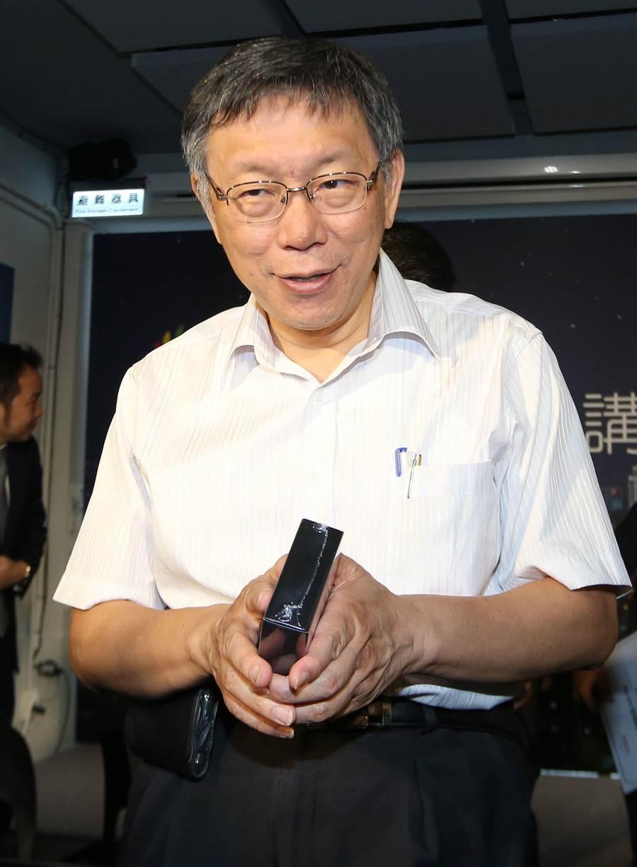 台北市長柯文哲21日出席「AMIS區塊鏈講座」,會前受訪,談到王世堅未參選立委笑稱是2020最大遺憾,辜負、犧牲了他的政治理念。(王英豪攝)